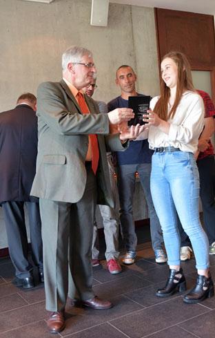 monsieur maurois recteur de l academie de nantes remet le trophee du prix de la sportivite a manon bassino de la loire atlantique