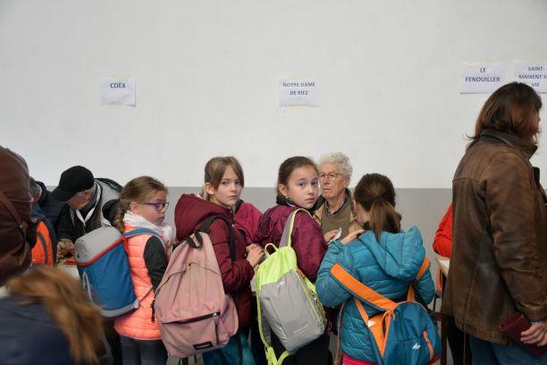 accueil des enfants par des membres du comite des medailles jeunesse et sports