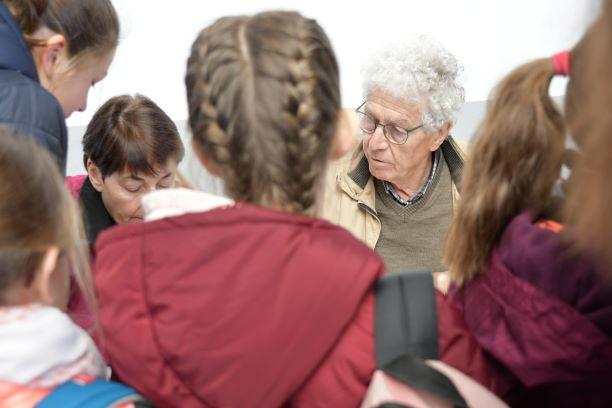 accueil des enfants par jean florence membre du comite des medailles jeunesse et sports