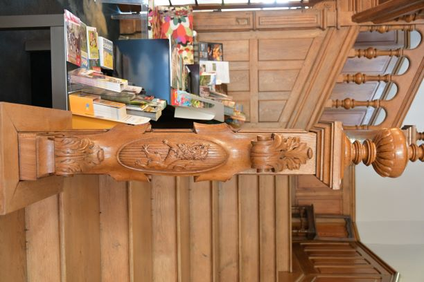 la main courante de l escalier commence par une superbe sculture